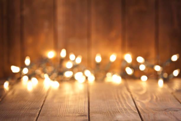 leere rustikalen holztisch mit unscharfen weihnachtsbeleuchtung im hintergrund - terrassen lichterketten stock-fotos und bilder