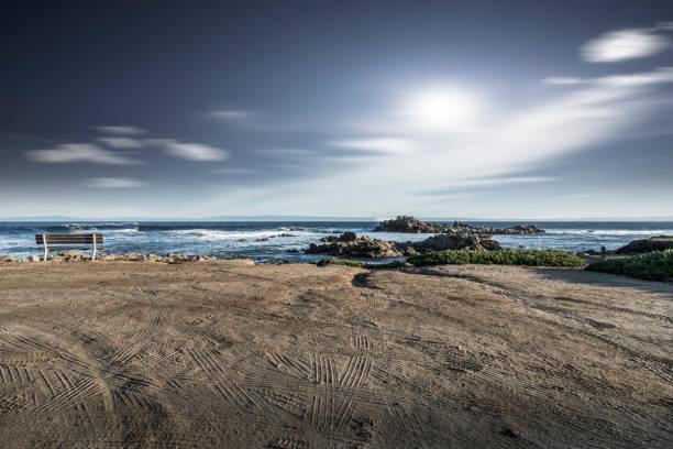 leeren Sandstrand mit Reifenspuren gegen Himmel – Foto