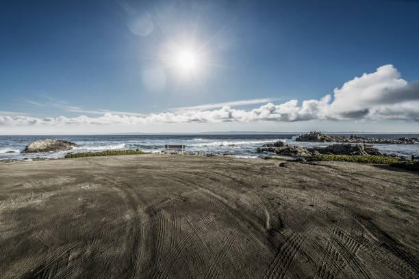 Leerer Sandstrand mit Reifenspuren gegen den Himmel – Foto