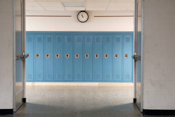 Empty school hallway and lockers Hallway and lockers in a empty school. corridor stock pictures, royalty-free photos & images