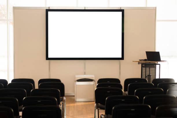 Leere Leinwand im Konferenzraum, Besprechungsraum, Sitzungssaal, Klassenzimmer, Büro, mit weißem Projektorbrett. – Foto