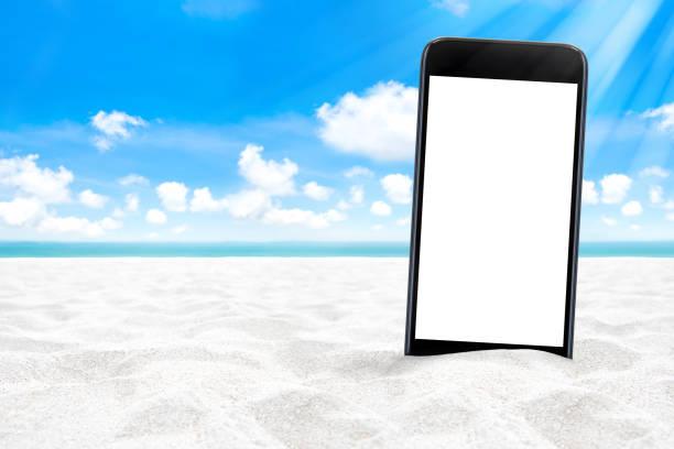 Leerer Bildschirm Smartphone am weißen Sandstrand – Foto