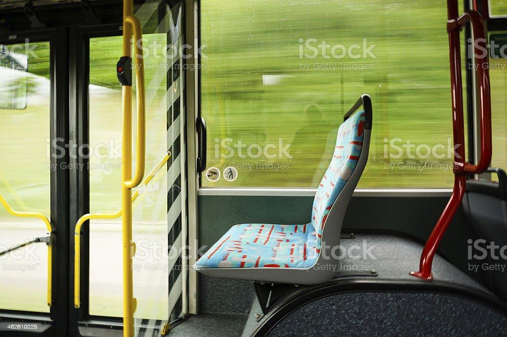 Vacío Siéntese en un tranvía bus borrosa fondo - foto de stock