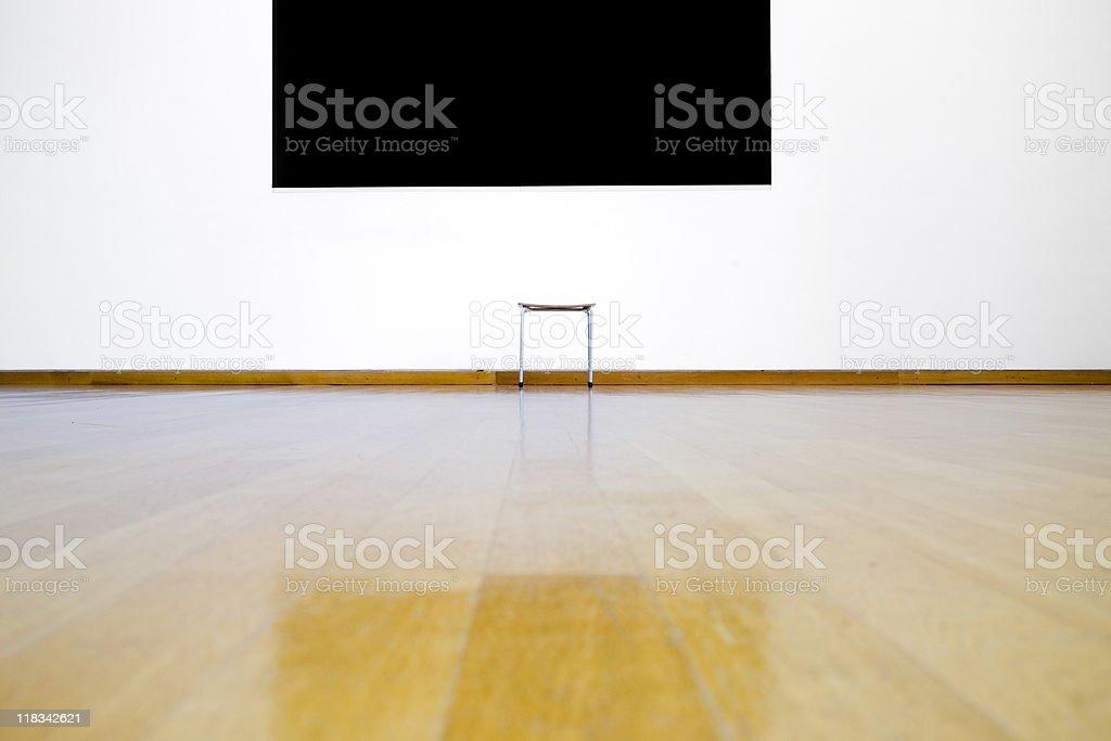 Leerer Sitz im museum-weiße Wand, black hole – Foto