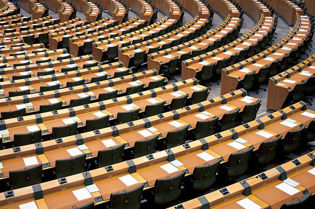 sièges vides salle assembly bruxelles - demi cercle photos et images de collection