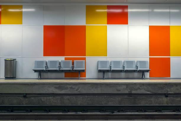 lugares vazios na estação de metrô - banco assento - fotografias e filmes do acervo