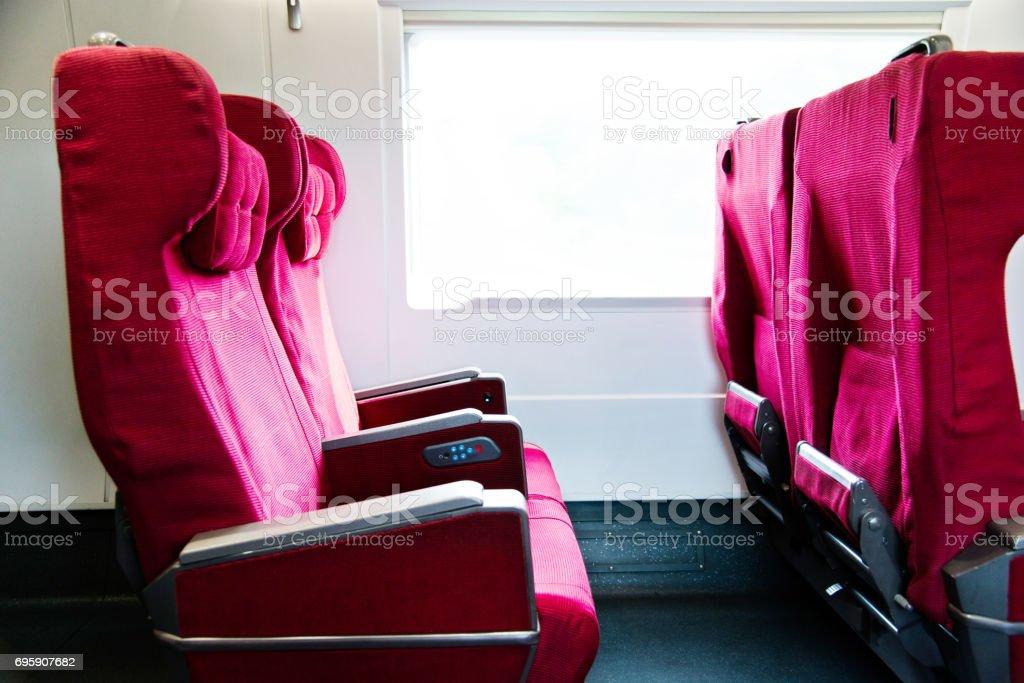 Asientos vacíos en un tren - foto de stock