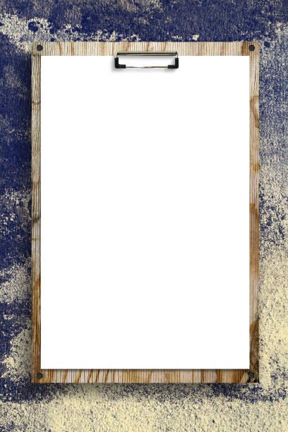 leeren blatt papier an einem holzbrett vor dem hintergrund einer alten mauer befestigt. - menüplanung vorlagen stock-fotos und bilder