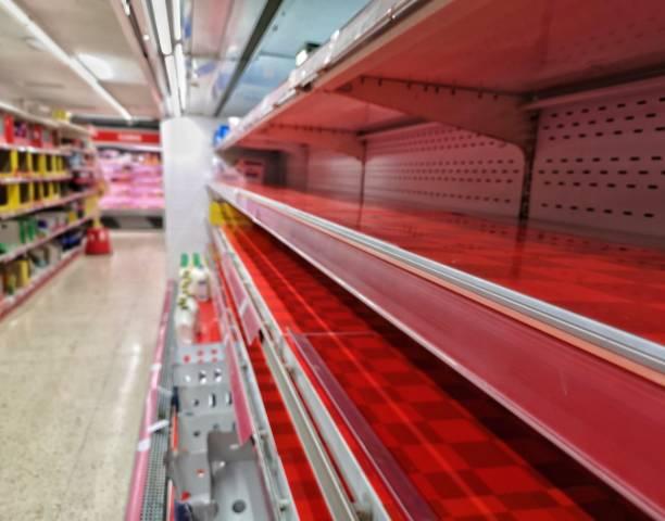 empty shelf in grocery store concept coronavirus panic - prateleira compras imagens e fotografias de stock