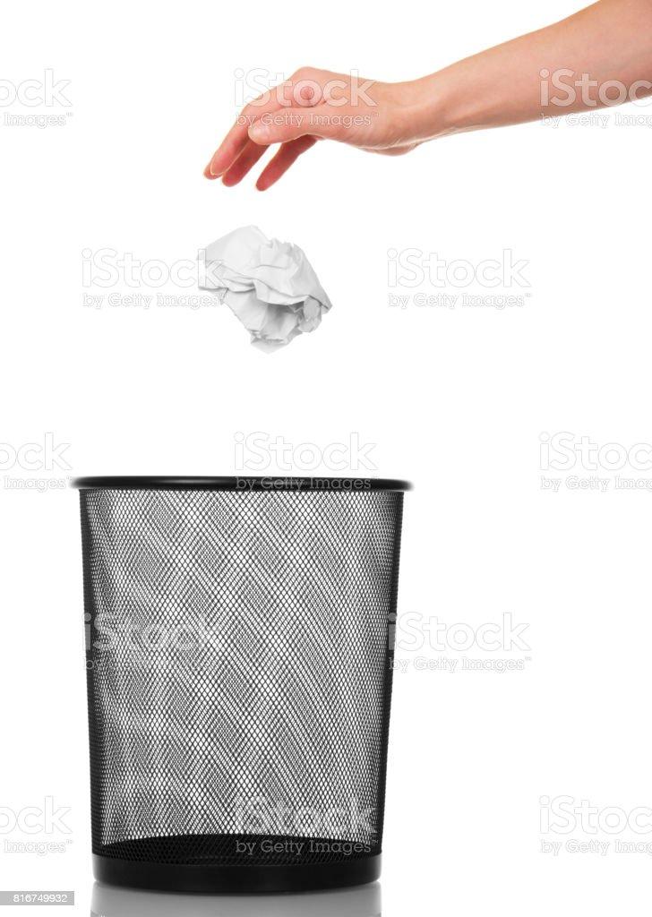 Vider le panier de papier déchets et femelle main lance balle en papier froissé isolé sur fond blanc. - Photo