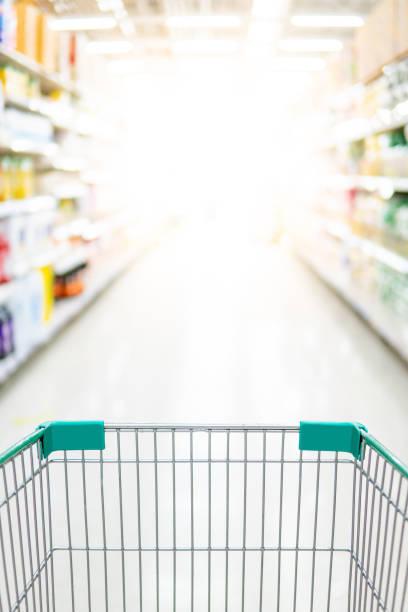 Leerer Einkaufswagen im Supermarktgang – Foto