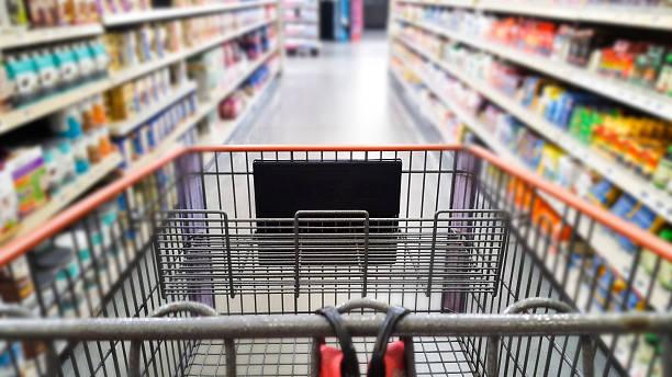 empty shopping cart in supermarket. - drogerie stock-fotos und bilder