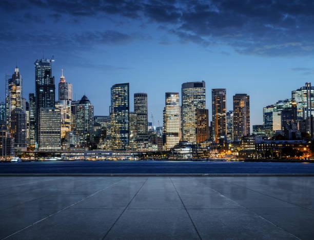 Leerer Bürgersteig mit Skyline-Hintergrund der Stadt – Foto