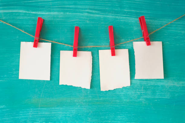 Leere Zettel, die an einer mit Wäscheklammern montierten Schnur hängen, freier Kopierplatz – Foto