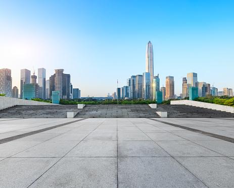 Lege Vierkante Vloer En Moderne Skyline In Shenzhen Stockfoto en meer beelden van Achtergrond - Thema