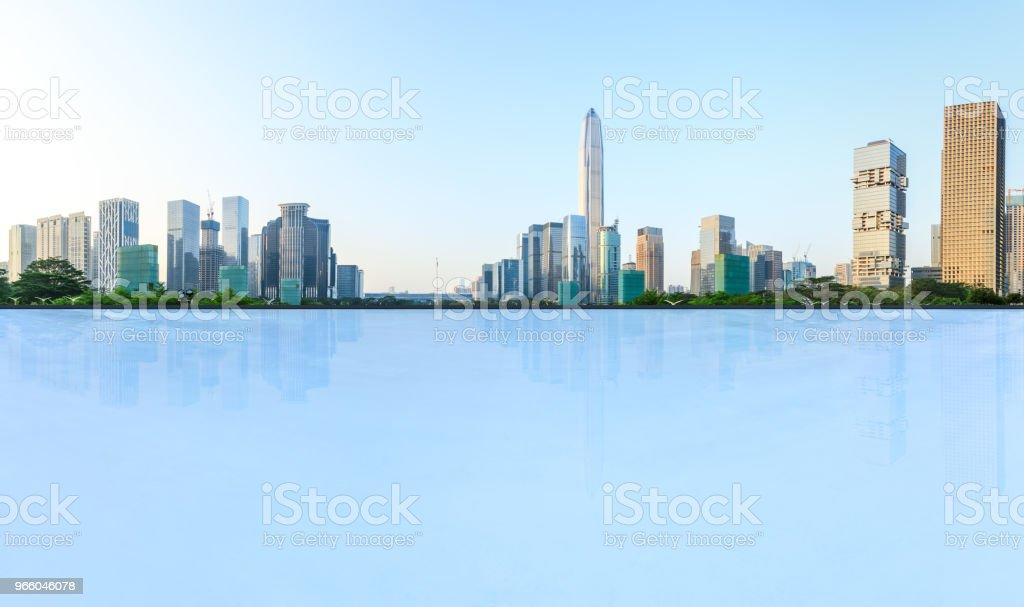 leere Quadratmeter Boden und moderne Stadt Skyline Panorama in Shenzhen - Lizenzfrei Architektur Stock-Foto