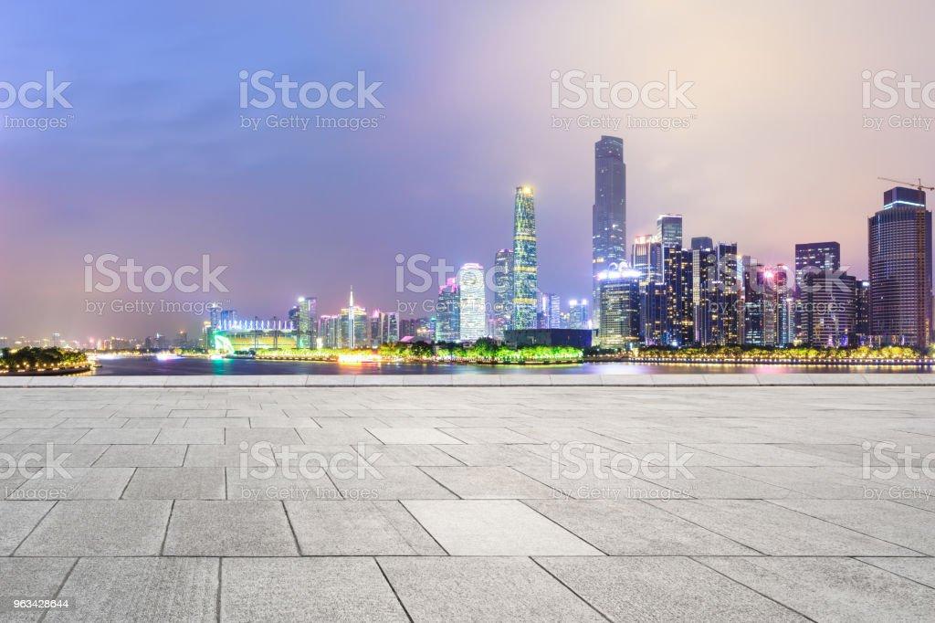puste kwadratowe podłogi i nowoczesna panorama miasta w Guangzhou w nocy - Zbiór zdjęć royalty-free (Architektura)