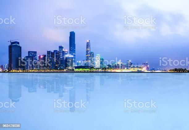 Puste Kwadratowe Podłogi I Nowoczesna Panorama Miasta W Guangzhou W Nocy - zdjęcia stockowe i więcej obrazów Architektura