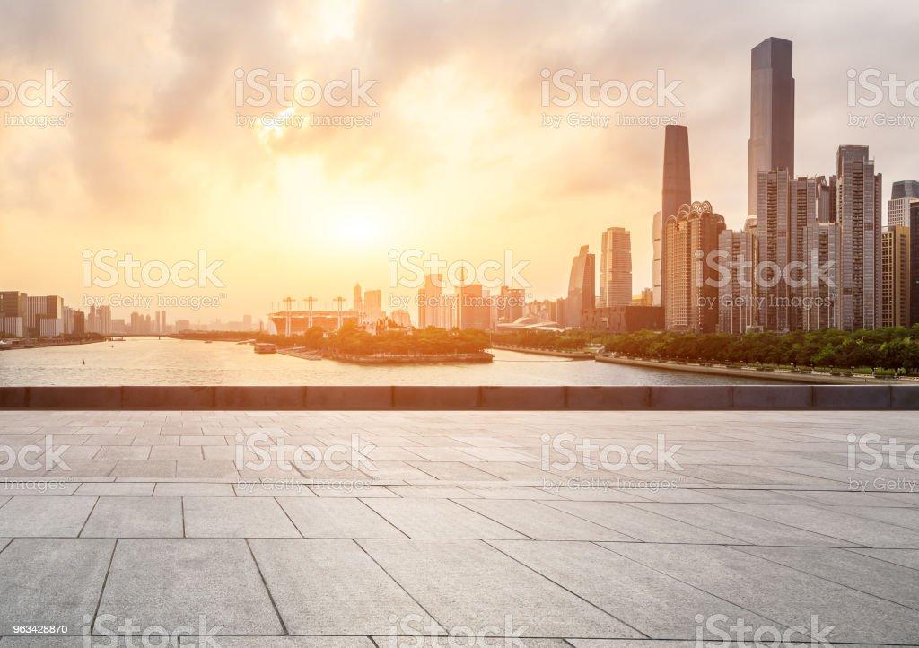 Tom kvadrat golv och moderna stadssilhuetten i Guangzhou vid solnedgången - Royaltyfri Arkitektur Bildbanksbilder