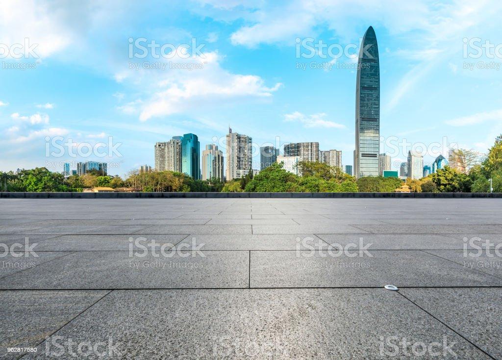 empty square floors and modern city skyline in Shenzhen - Foto stock royalty-free di Affari