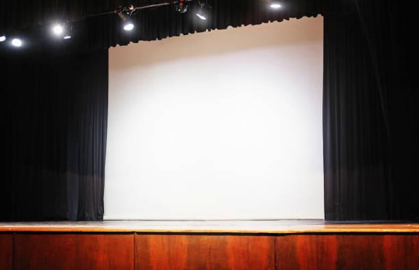 leere bühne mit offenen vorhang, weißer bildschirm und lichter - große leinwand stock-fotos und bilder