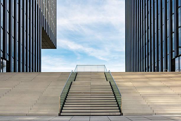 Vazio escadas no porto de mídia em Düsseldorf - foto de acervo