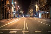 Leere Straße während der Ausgangssperre wegen dem Coronavirus