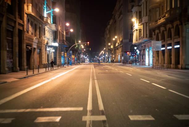 lege straat bij nacht in barcelona - avondklok stockfoto's en -beelden