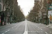 Leere Straße während der Ausgangssperre in Barcelona