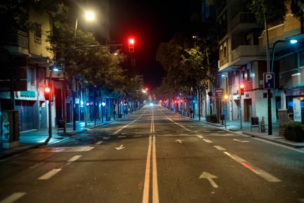 lege straat in barcelona - avondklok stockfoto's en -beelden