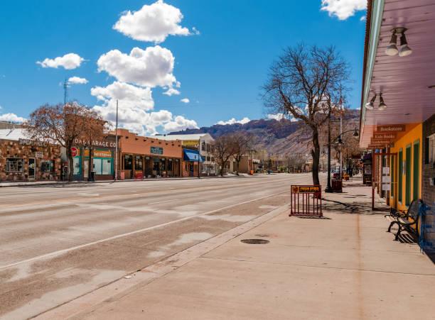 lege straat moab, utah - moab utah stockfoto's en -beelden