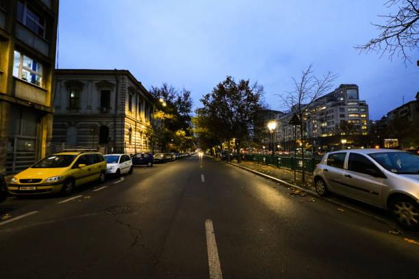 Empty Street am Dambovita Fluss in der Innenstadt von Bukarest, Rumänien, 2019 – Foto