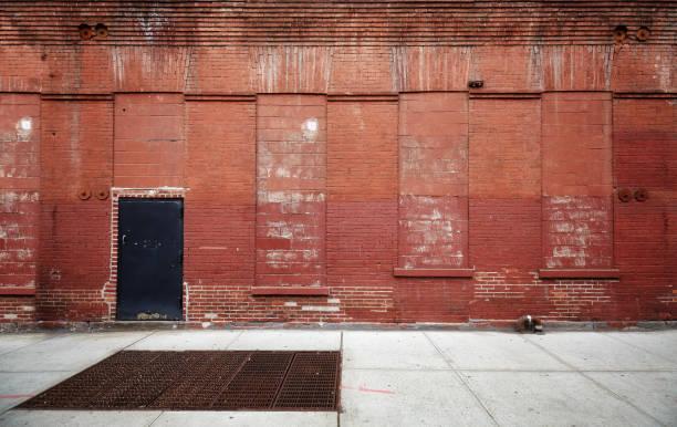 Rua vazia com uma parede de tijolo velho armazém. - foto de acervo
