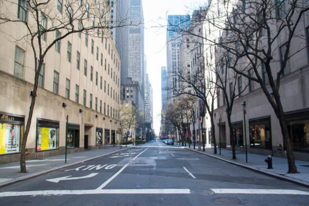 nycの空の通り、アメリカの旗、covid-19パンデミック - corona newyork ストックフォトと画像