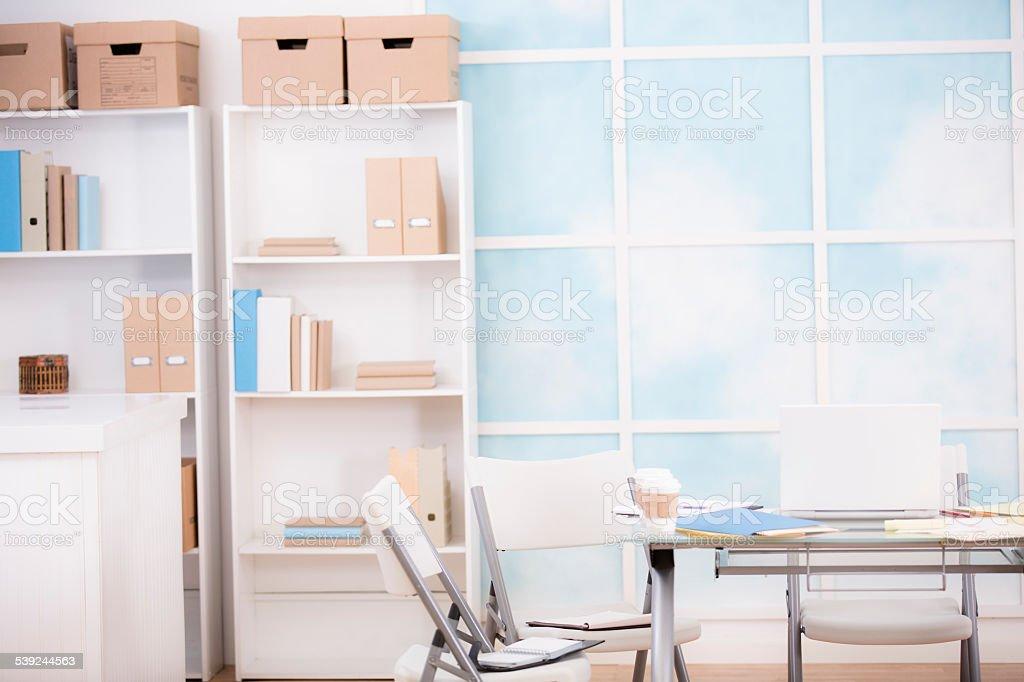 Estudio de oficina vacía. Ventana, estantes, escritorio. foto de stock libre de derechos