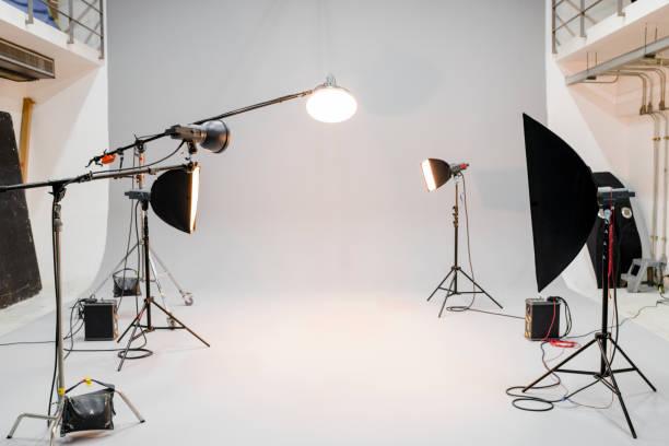 leere studio mit fotografie beleuchtung - fotografische themen stock-fotos und bilder
