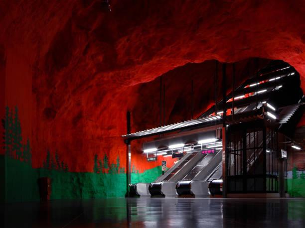 tom tunnelbane station och rull trappor i stockholm - tunnel trafik sverige bildbanksfoton och bilder