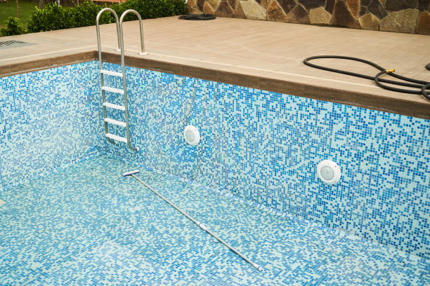 帶金屬梯子的空游泳池。酒店冠狀病毒檢疫圖像檔