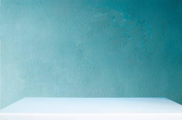 Mesa vacía y pared azul en la habitación - foto de stock