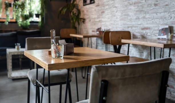 Leerer Tisch im Restaurant – Foto