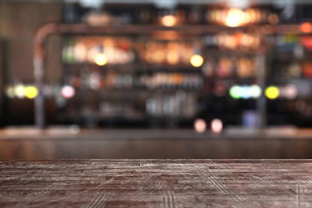 leere tabelle edge in einem pub-bar, unscharf im hintergrund - tresentisch stock-fotos und bilder