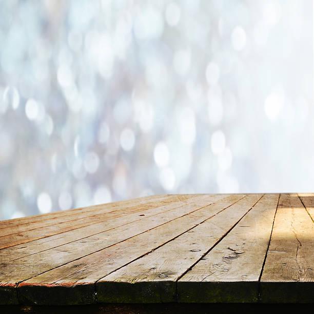 空のテーブル - 木漏れ日 ストックフォトと画像
