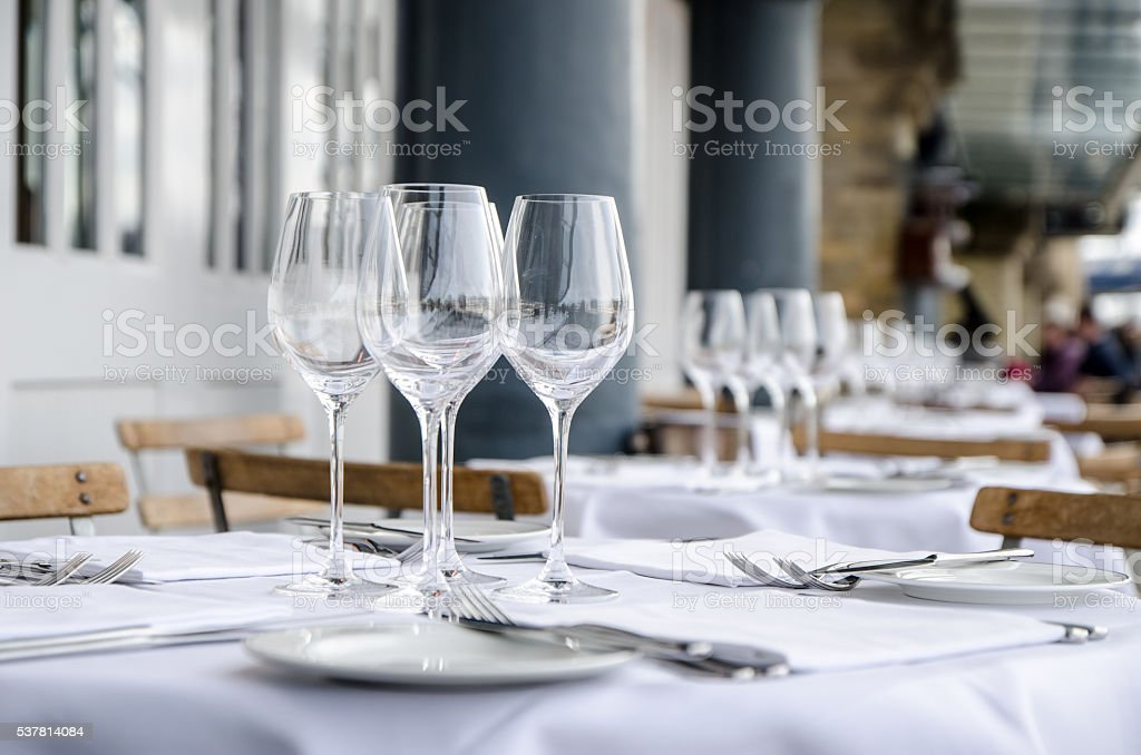 Leere Tabelle gesehen von der Seite, auf der Terrasse des Restaurants – Foto