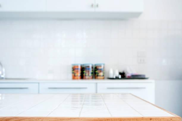 Tapa de mesa vacía en la sala de cocina. - foto de stock