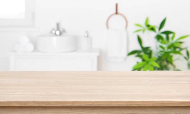 흐린 욕실 내부 배경이있는 제품 디스플레이용 빈 탁상 - 욕실 뉴스 사진 이미지