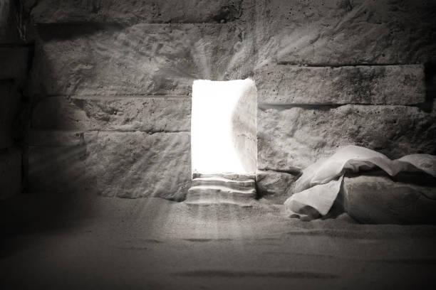 Leeres Grab, während Licht von außen scheint. Auferstehung Jesu Christi. Christliches Osterkonzept. – Foto