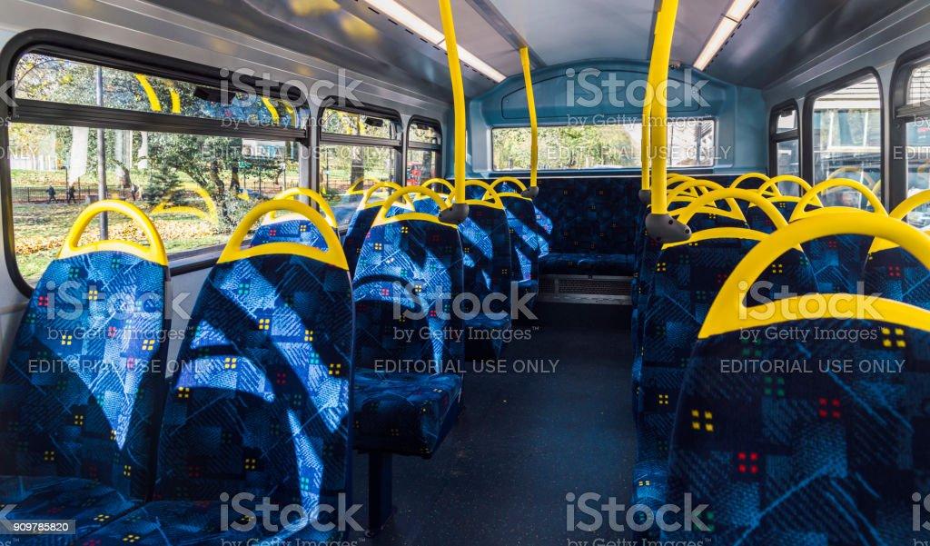 Vacío piso superior de un autobús de dos pisos de Londres - foto de stock