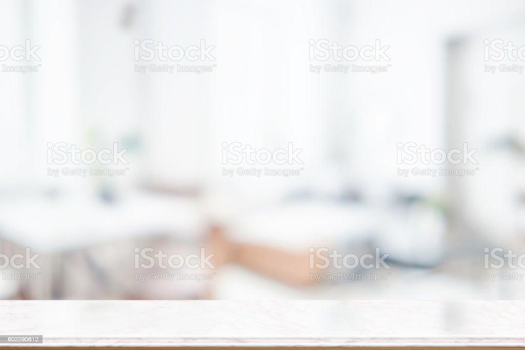 空頂馬貝爾、 木頭桌子在廚房裡。圖像檔
