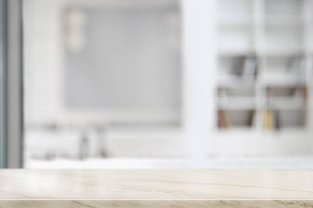 リビングルームに空のトップ大理石のテーブル。製品のディスプレイモンタージュ用。 - テーブル 無人 ストックフォトと画像