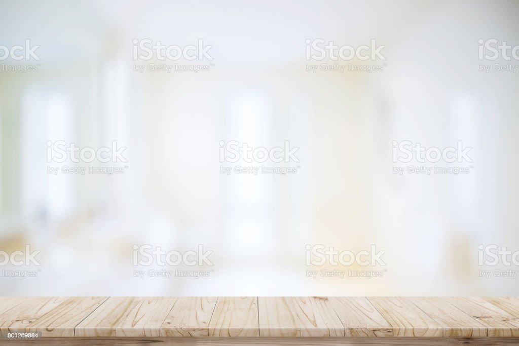空頂木表和模糊的浴房間背景。圖像檔